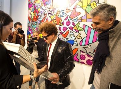 Romero Britto signe une oeuvre