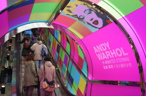 La metro di Pechino con la Pubblicità in pieno stile Pop di 15 minutes  Eternal